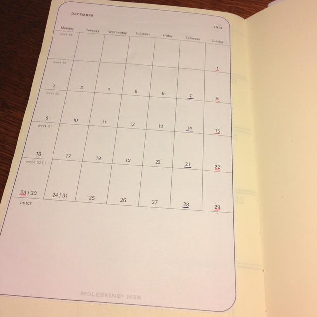 モレスキンのヴォラン(プレーン、ホワイト)で自作手帳。モレスキンのMSKテンプレートのマンスリーカレンダーを貼りつけ。