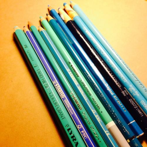 北欧の海や空を表現するのに、いろいろな色鉛筆の青を試した。